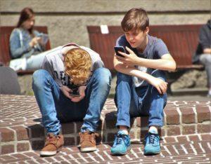 Schulkinder Handy